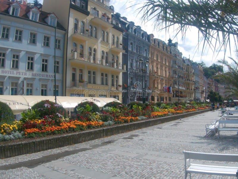 Vecchia città di Karlovy Vary con i fiori immagini stock libere da diritti