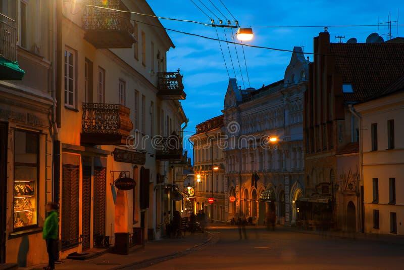 Vecchia città di Vilnius alla notte immagine stock