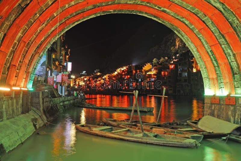 Vecchia città di Zhenyuan alla notte immagini stock