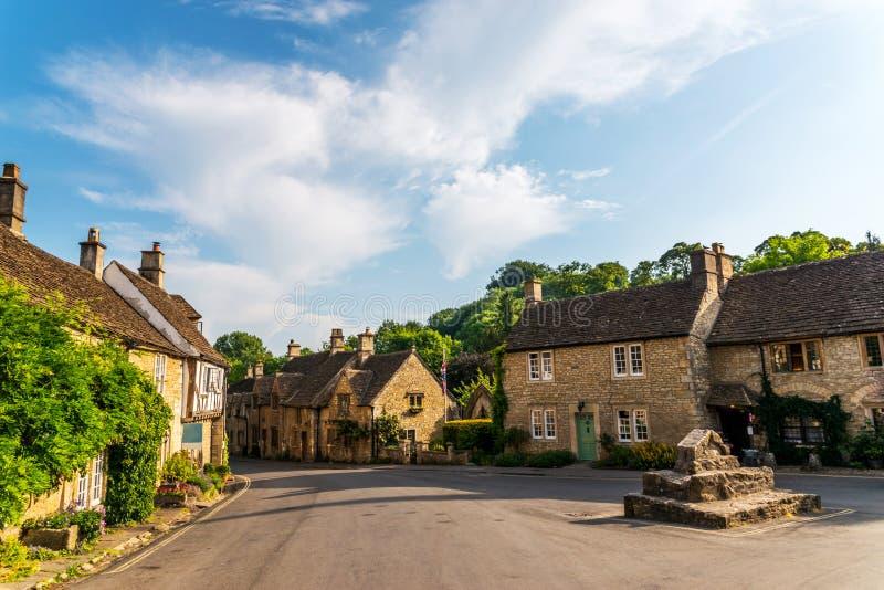 Vecchia città inglese e bei monumenti storici, vecchia via, h immagine stock
