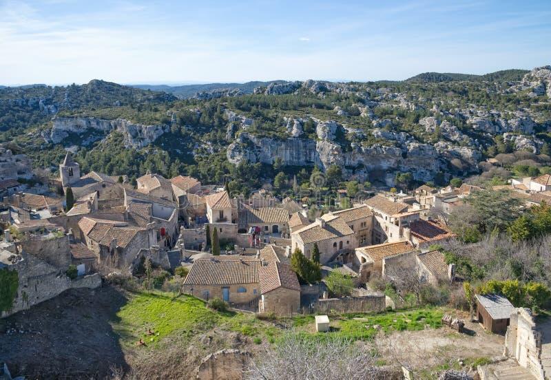 Vecchia città medievale sulla formazione rocciosa in Les Baux de Provenza - Camargue - Francia fotografia stock