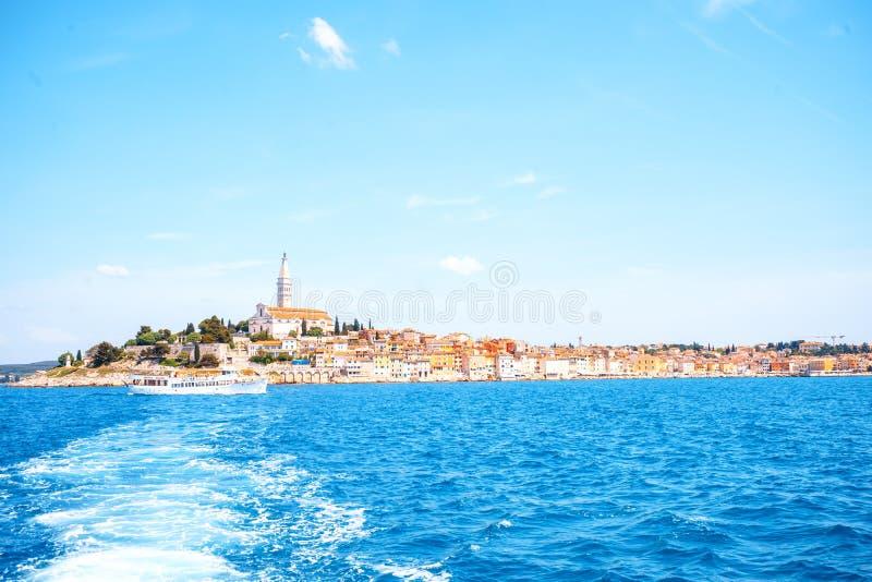 Vecchia città romantica e variopinta Rovigno durante l'estate un giorno luminoso con il mare ed il cielo blu del turchese Penisol fotografia stock