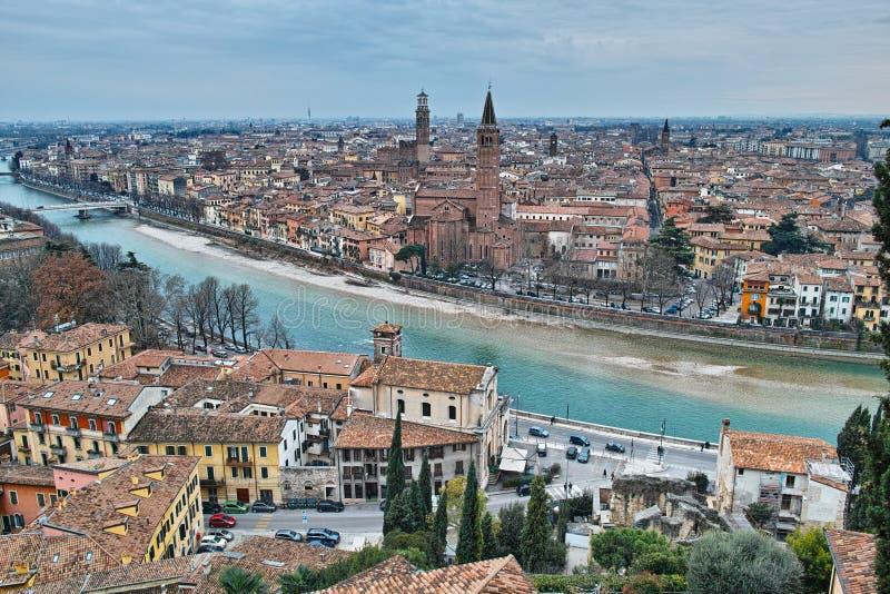 Vecchia città scenica Verona al fiume di Adige fotografia stock