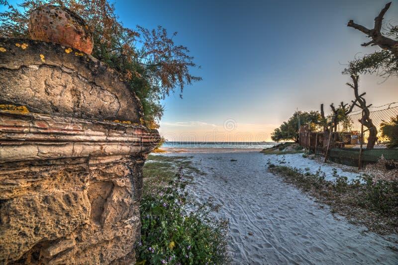 Vecchia colonna tramite l'entrata della spiaggia immagini stock libere da diritti