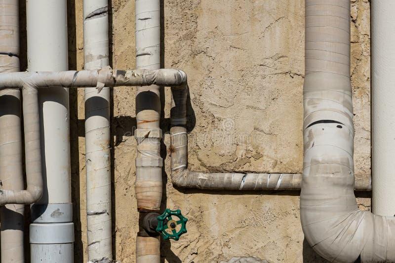 Vecchia conduttura all'aperto dell'acqua sul muro di cemento immagine stock libera da diritti