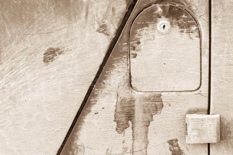 Vecchia copertura di un carro armato di benzina dell'automobile con la serratura immagini stock libere da diritti