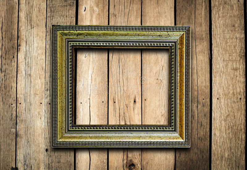 Vecchia cornice sulla parete di legno d'annata. immagine stock