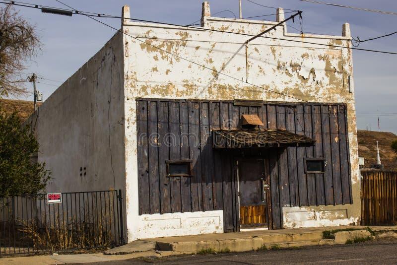 Vecchia costruzione abbandonata con la pelatura della pittura fotografie stock libere da diritti