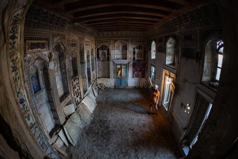 Vecchia costruzione abbandonata con le finestre di lancetta rotte dentro fotografia stock