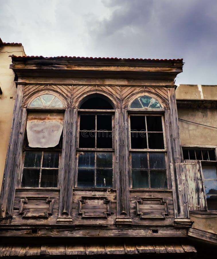Vecchia costruzione abbandonata di legno con le finestre rotte immagini stock