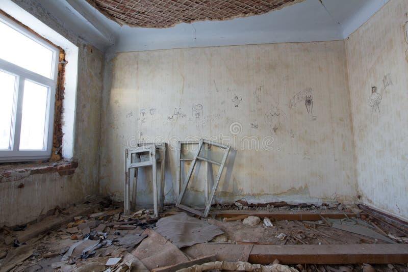 Vecchia costruzione abbandonata - ricostruzione nelle strutture della finestra di casa frequentate immagine stock libera da diritti