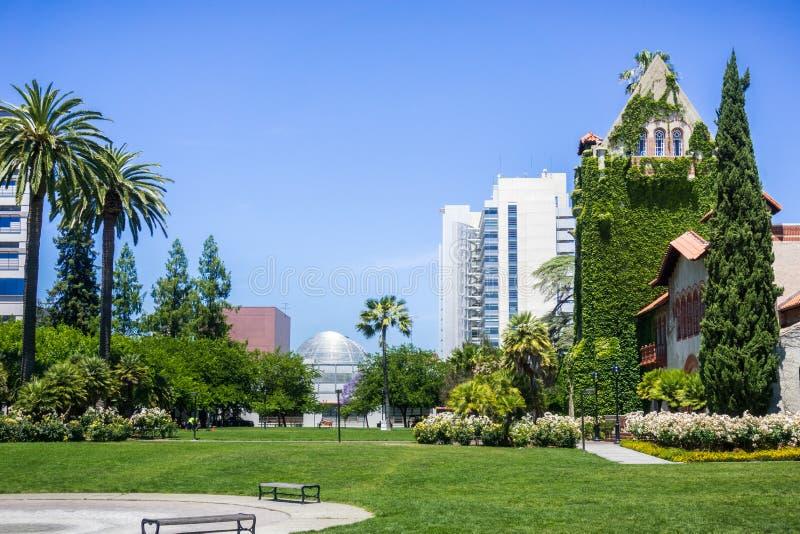 Vecchia costruzione al San Jose State University; la costruzione moderna del comune nei precedenti; San José, California immagine stock libera da diritti