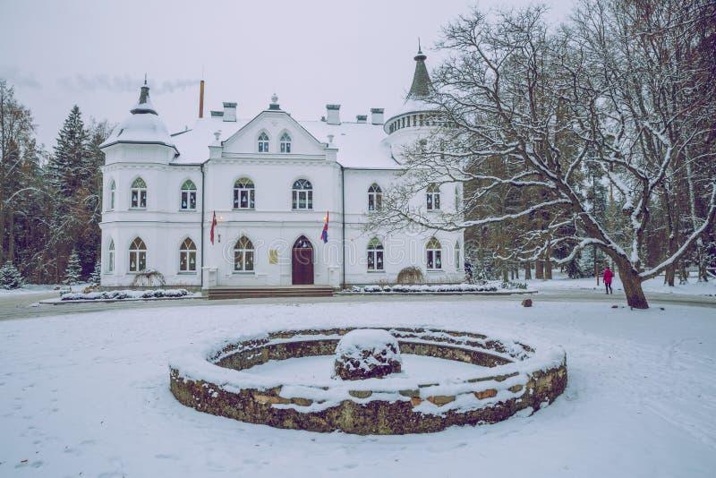 Vecchia costruzione alla Lettonia, città Baldone Inverno, aria fresca e neve fotografia stock libera da diritti