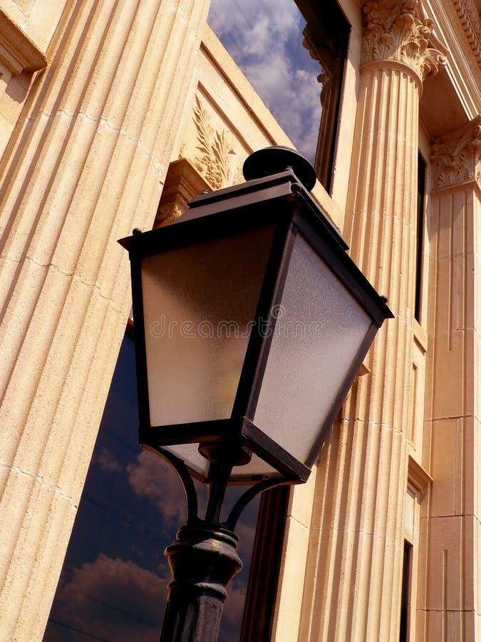 Vecchia costruzione con la lampada immagine stock
