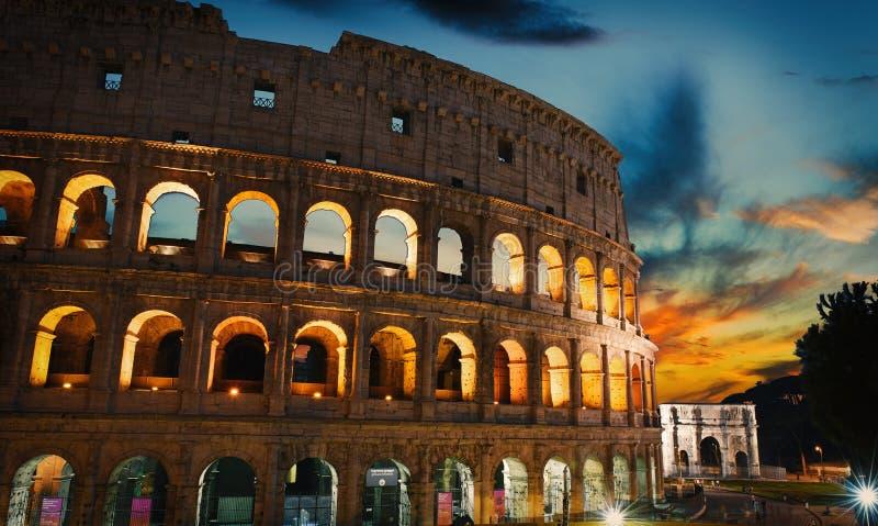 Vecchia costruzione del Colosseo e di tramonto nella città di Roma, Italia immagini stock