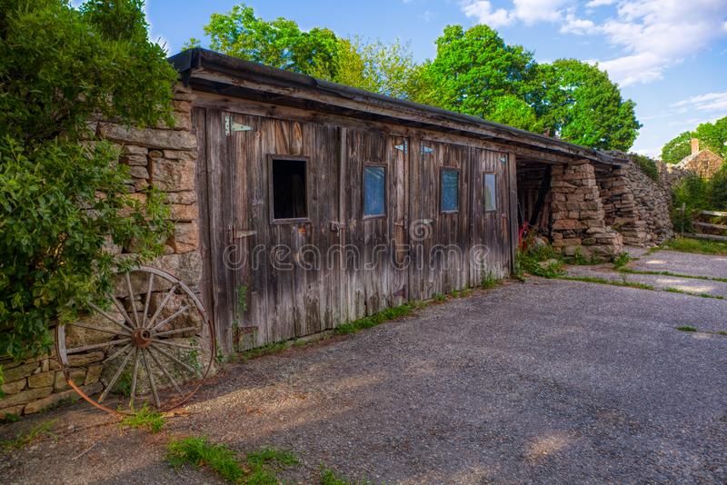 Vecchia costruzione del granaio della Nuova Inghilterra per lo stoccaggio dell'attrezzatura sull'azienda agricola fotografia stock libera da diritti