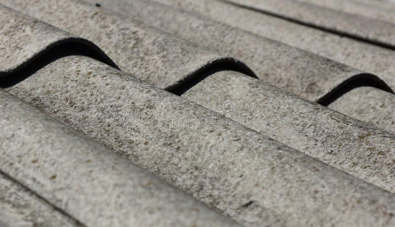 Vecchia costruzione del tetto della sostituzione del tetto di ardesia immagine stock libera da diritti