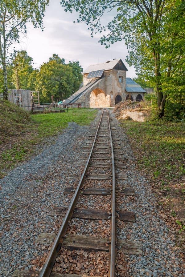 Vecchia costruzione della miniera con le piste immagine stock