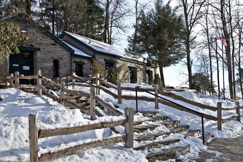 Vecchia costruzione della roccia nella neve immagini stock libere da diritti