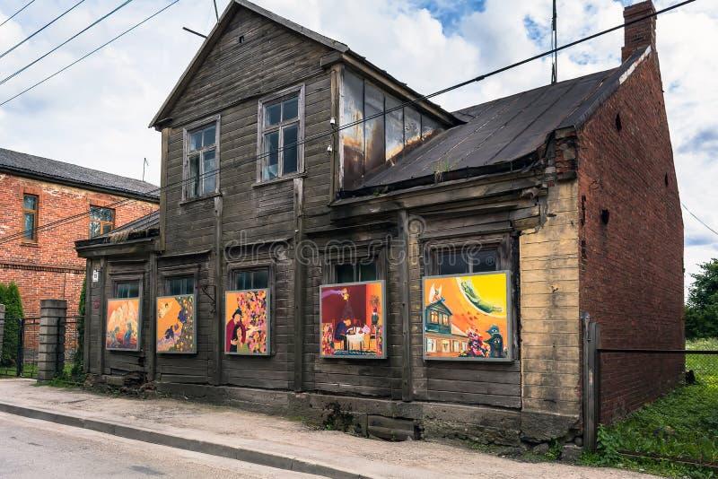 Vecchia costruzione di legno con le pitture colourful invece delle finestre fotografia stock libera da diritti
