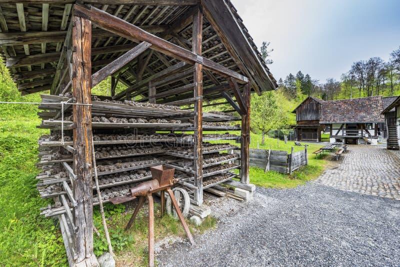 Vecchia costruzione di legno nel coubtryside immagini stock