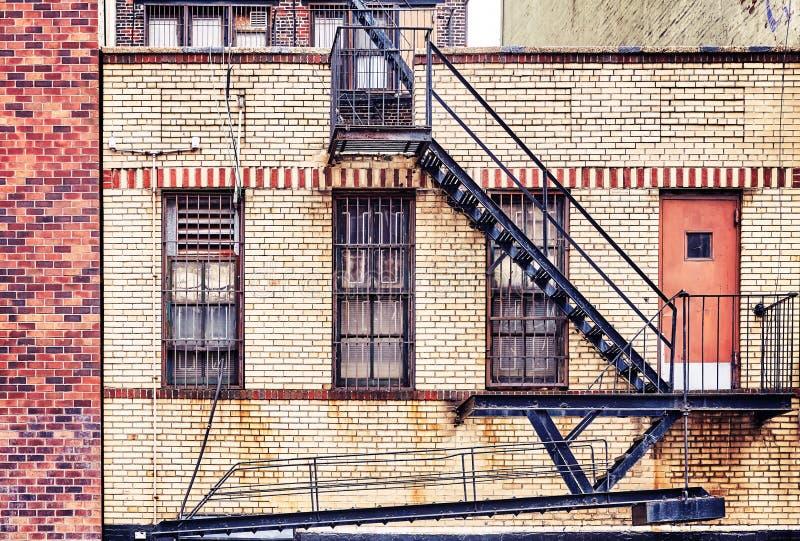 Vecchia costruzione di mattone con le uscite di sicurezza, New York fotografie stock libere da diritti