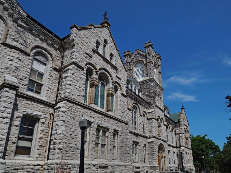 Vecchia costruzione di pietra dell'istituto universitario immagini stock