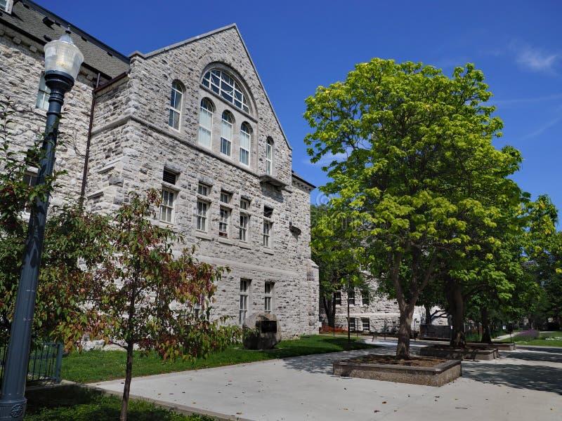 Vecchia costruzione di pietra dell'istituto universitario fotografia stock libera da diritti