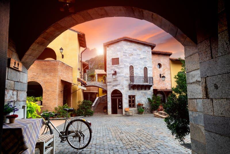 Vecchia costruzione italiana di stile del villaggio immagine stock libera da diritti