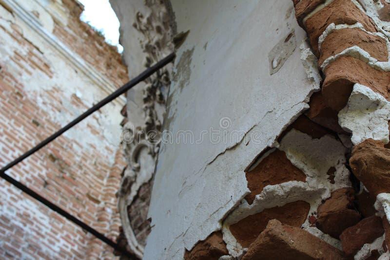 Vecchia costruzione rovinata Frammento di architettura muratura fotografia stock