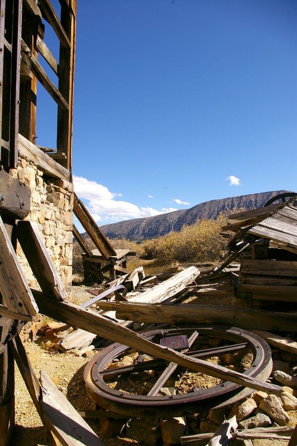 Vecchia costruzione sulla proprietà abbandonata della miniera fotografia stock libera da diritti