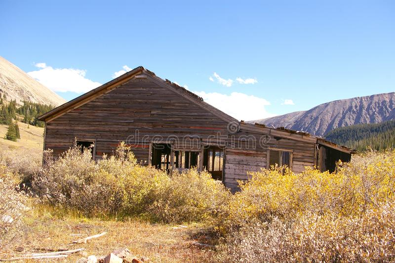 Vecchia costruzione sulla proprietà abbandonata della miniera fotografia stock