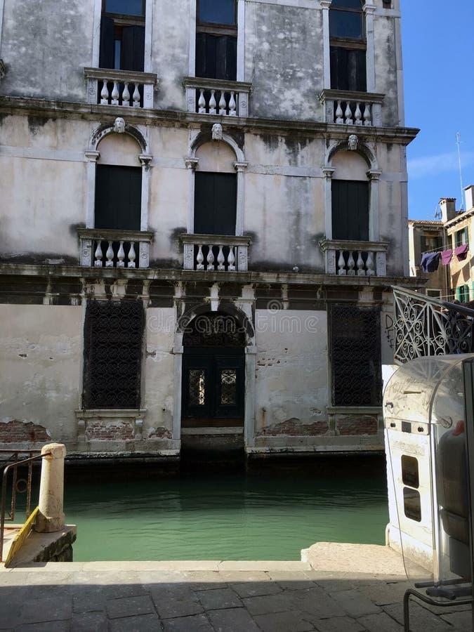 Vecchia costruzione sulla riva del fiume fotografia stock libera da diritti