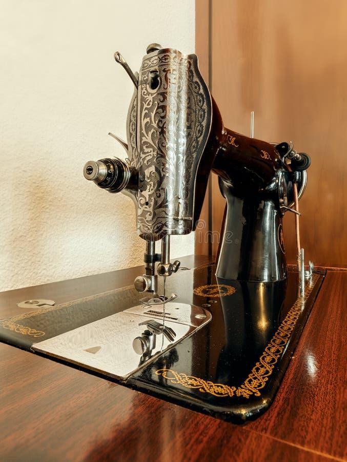 Vecchia cucire-macchina su una superficie di legno fotografie stock