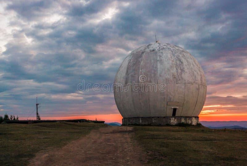 Vecchia cupola gigante di un'antenna di radar di una base militare ucraina Vista apocalittica fotografie stock