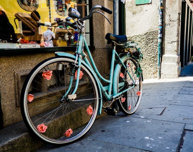 Vecchia decorazione blu d'annata della bicicletta fotografia stock