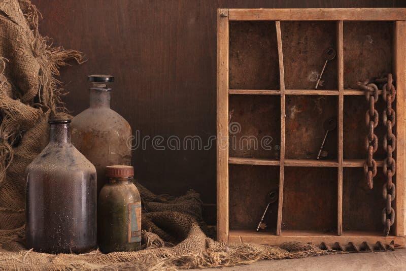Vecchia delle bottiglie vita polverosa ancora fotografia stock libera da diritti