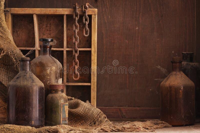 Vecchia delle bottiglie vita polverosa ancora immagine stock
