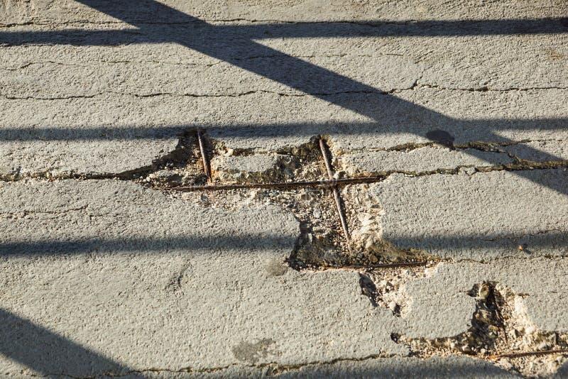 Vecchia e parete concreta nociva del soffitto come fondo astratto immagine stock libera da diritti