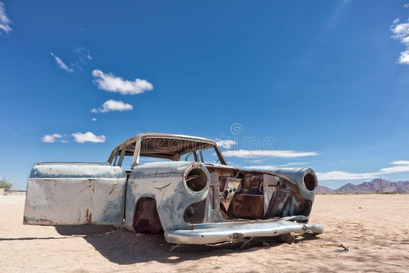 Vecchia ed automobile abbandonata nel deserto della Namibia, punto conosciuto come il solitario fotografie stock