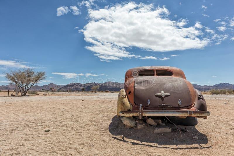 Vecchia ed automobile abbandonata nel deserto della Namibia, punto conosciuto come il solitario immagine stock libera da diritti