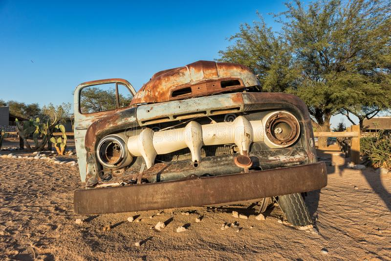 Vecchia ed automobile abbandonata nel deserto della Namibia solitaire Con la bella luce dell'alba fotografia stock
