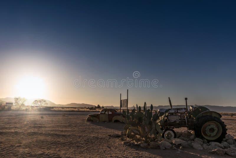 Vecchia ed automobile abbandonata nel deserto della Namibia solitaire Con la bella luce dell'alba immagini stock libere da diritti