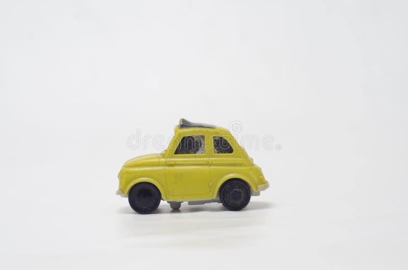 Vecchia ed automobile di plastica gialla divertente fotografie stock