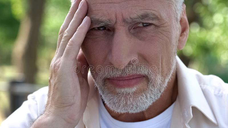 Vecchia emicrania di sofferenza maschio, problemi sanitari, rischio di tumore al cervello, antidolorifici fotografia stock