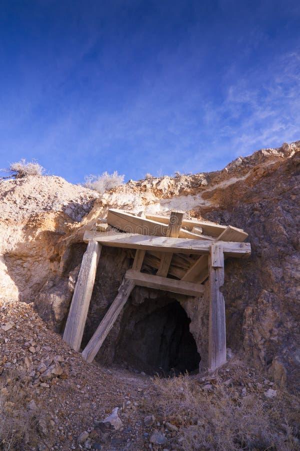 Vecchia entrata della miniera immagini stock