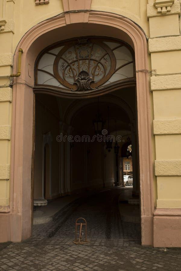Vecchia entrata incurvata con la finestra di vetro macchiato fotografia stock