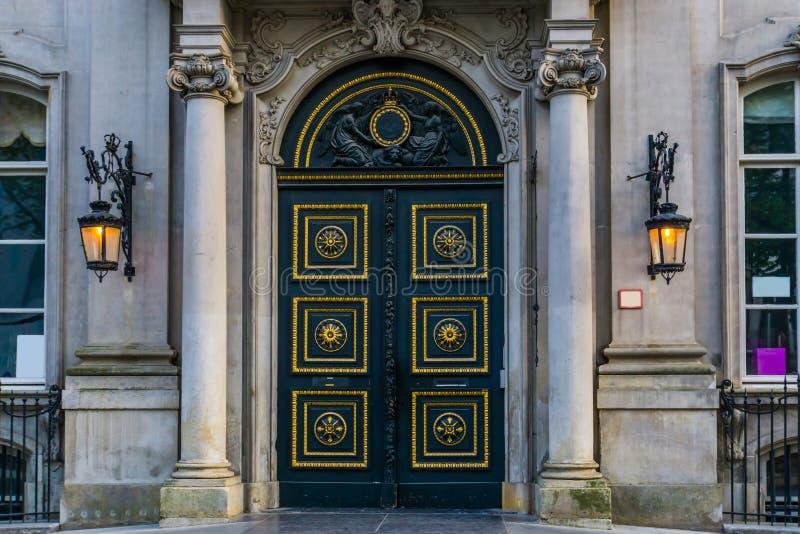 Vecchia entrata storica con le colonne e le lanterne accese, architettura belga storica della città fotografia stock