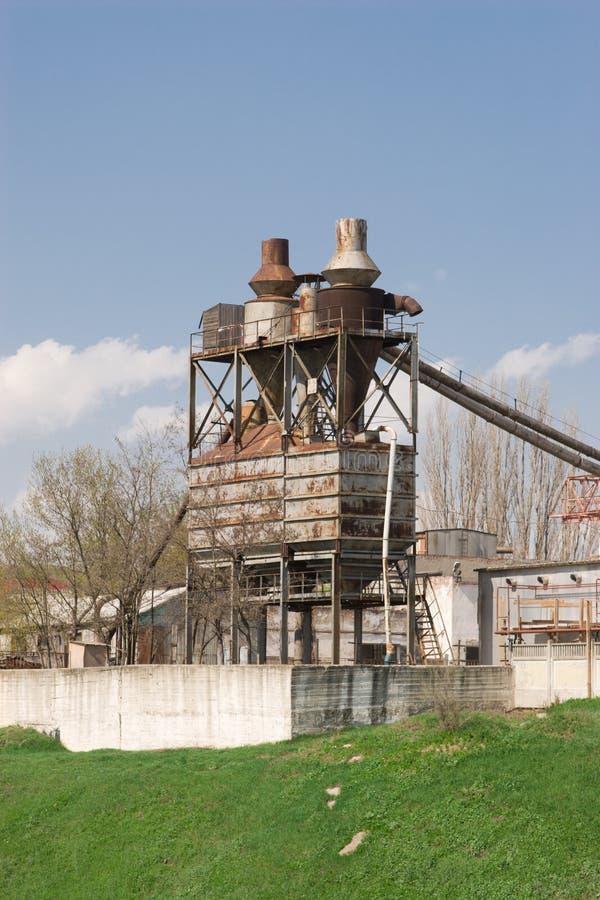 Vecchia fabbrica su una collina verde fotografia stock libera da diritti