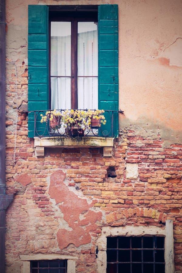 Vecchia facciata della casa antica nel retro stile for Planimetrie della casa antica
